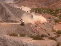 Video: Carlos Sainz volcó y cayó a un barranco: dos espectadores se salvaron de milagro