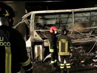 Tragedia en Italia: al menos 16 jóvenes murieron al incendiarse un colectivo