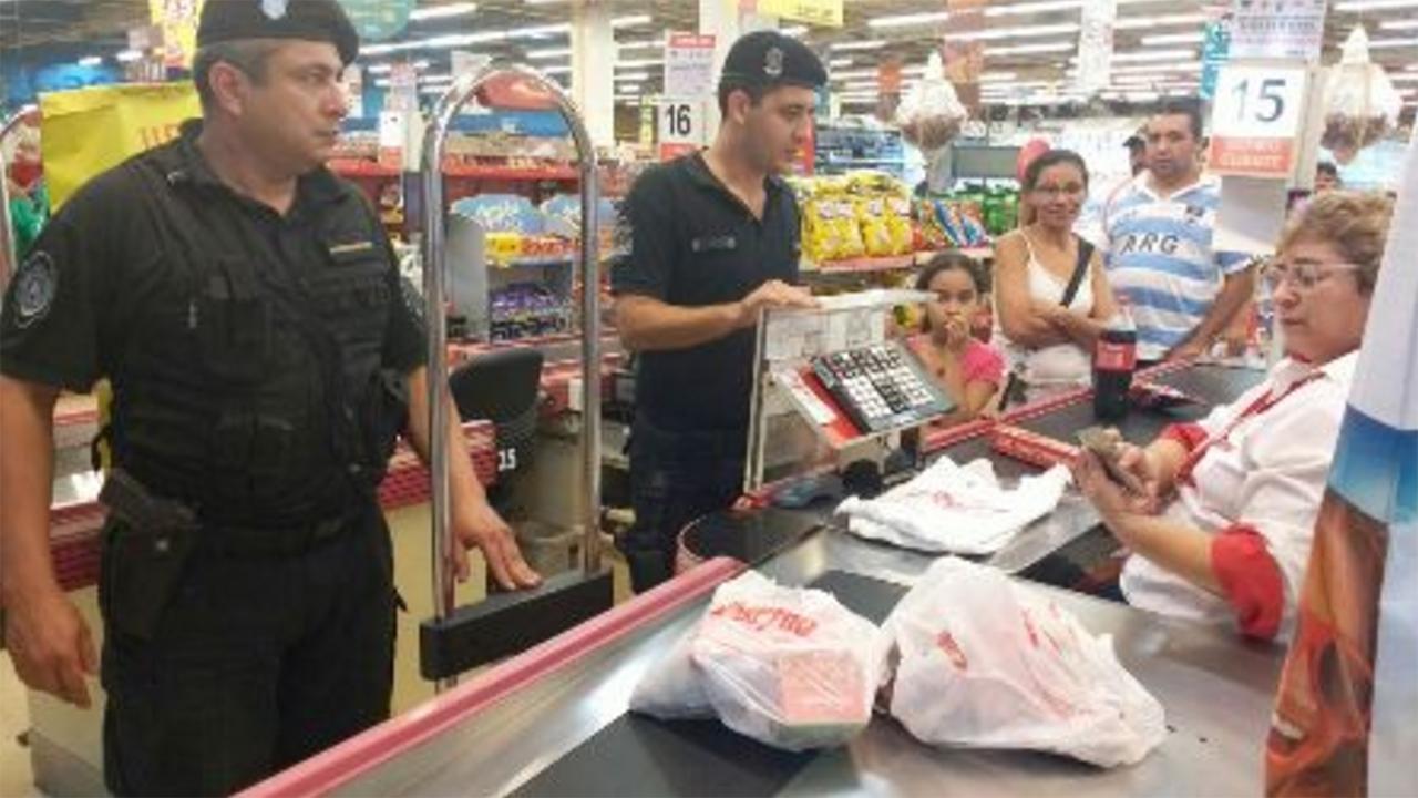 Jubilada intentó robar comida y los policías pagaron la mercadería
