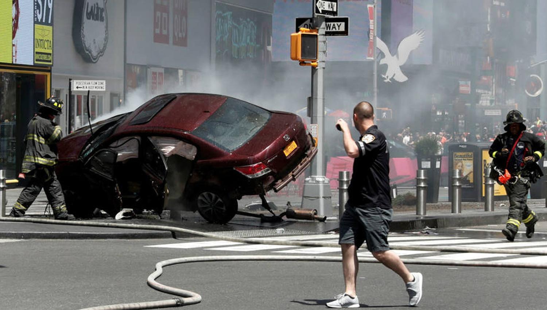 El impactante vídeo de un hombre 'atropellando a transeúntes — Times Square