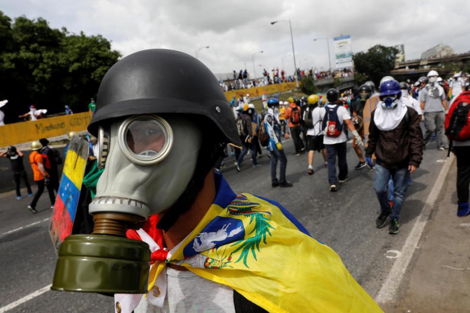 Venezuela: Opositores quemaron a un hombre durante protesta en Caracas