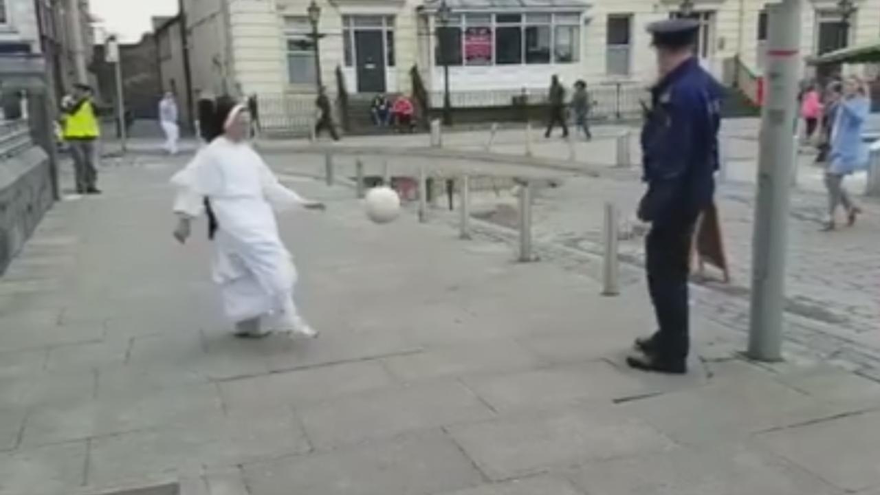 Viralizan video de monja jugando a dominar la pelota con un policía
