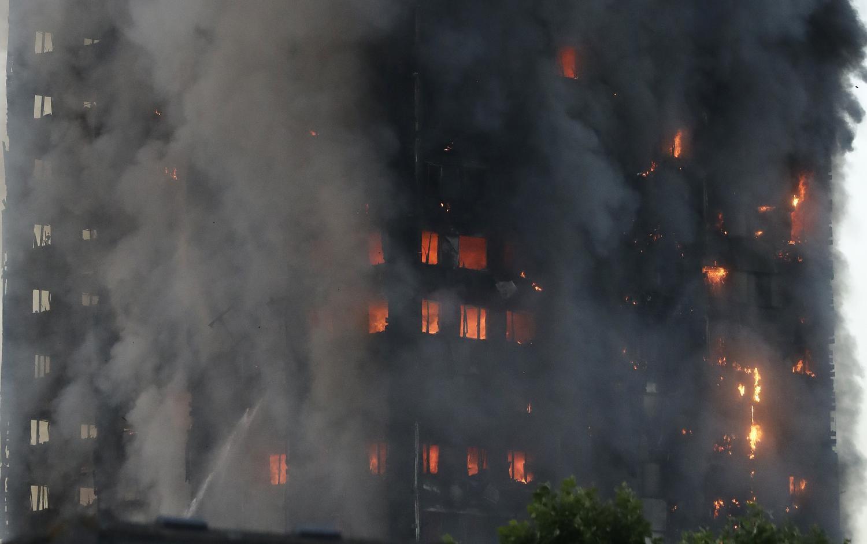 Hay al menos seis muertos por incendio de edificio en Londres