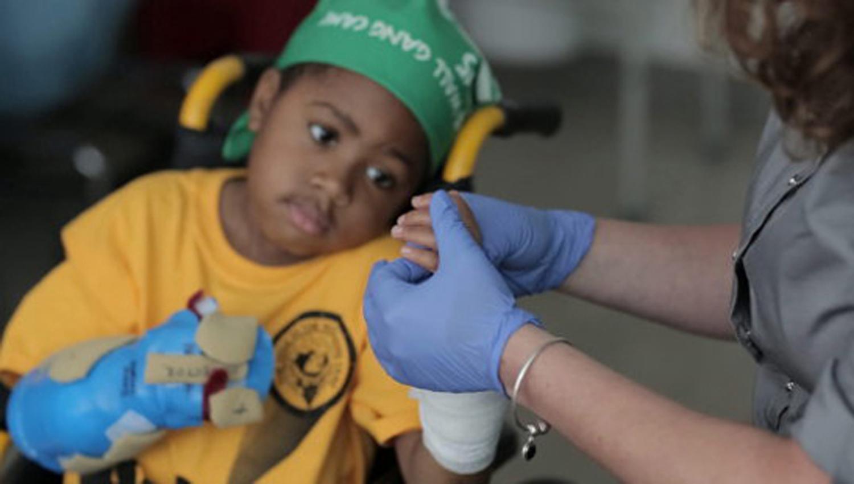 Realizan con éxito el primer trasplante de manos a un niño