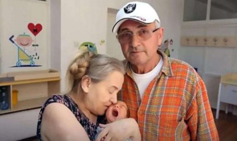 Fue madre a los 60 tras 20 años intentándolo: el marido le dio una razón insólita y la abandonó