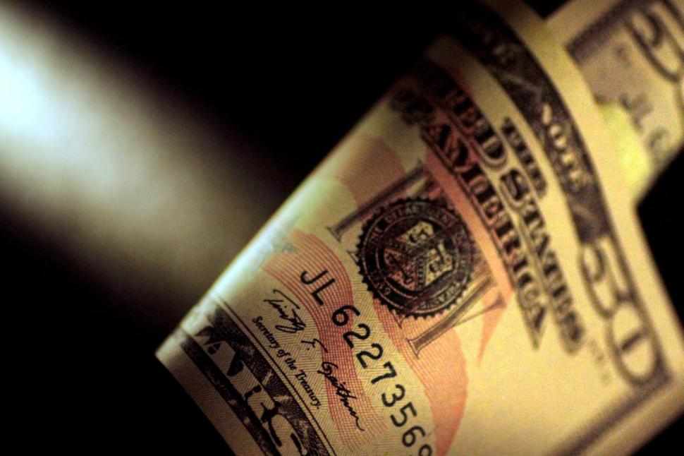 Nuevo récord del dólar: trepó a $ 17,60