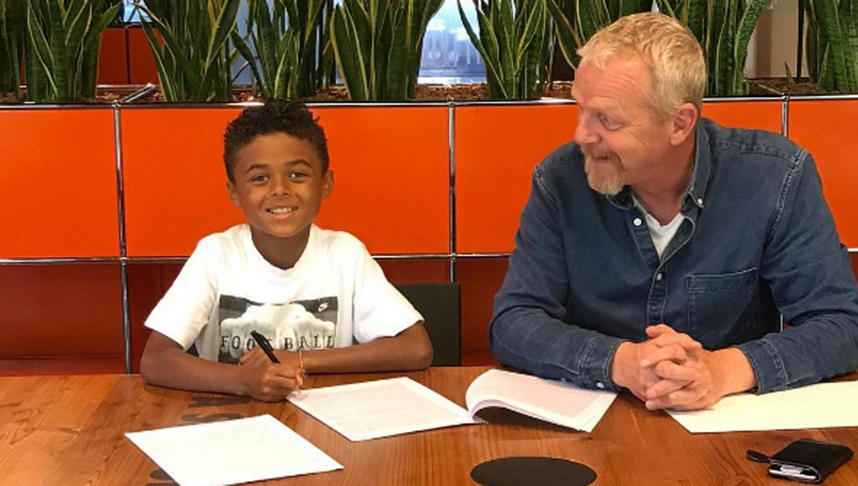 Hijo de Patrick Kluivert firmó contrato con Nike