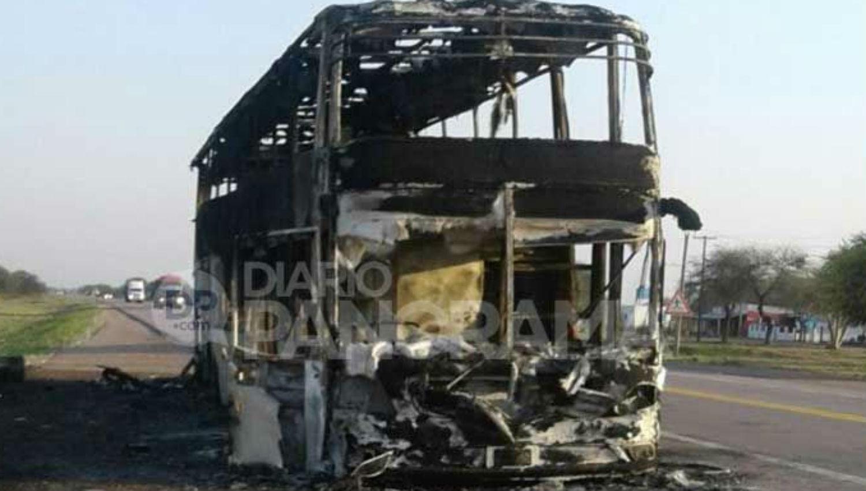 Se incendió un colectivo y murió un pasajero