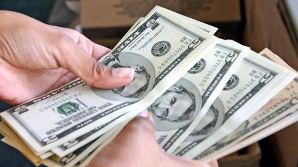 Luego de ocho caídas, el dólar cotiza estable a $17,28