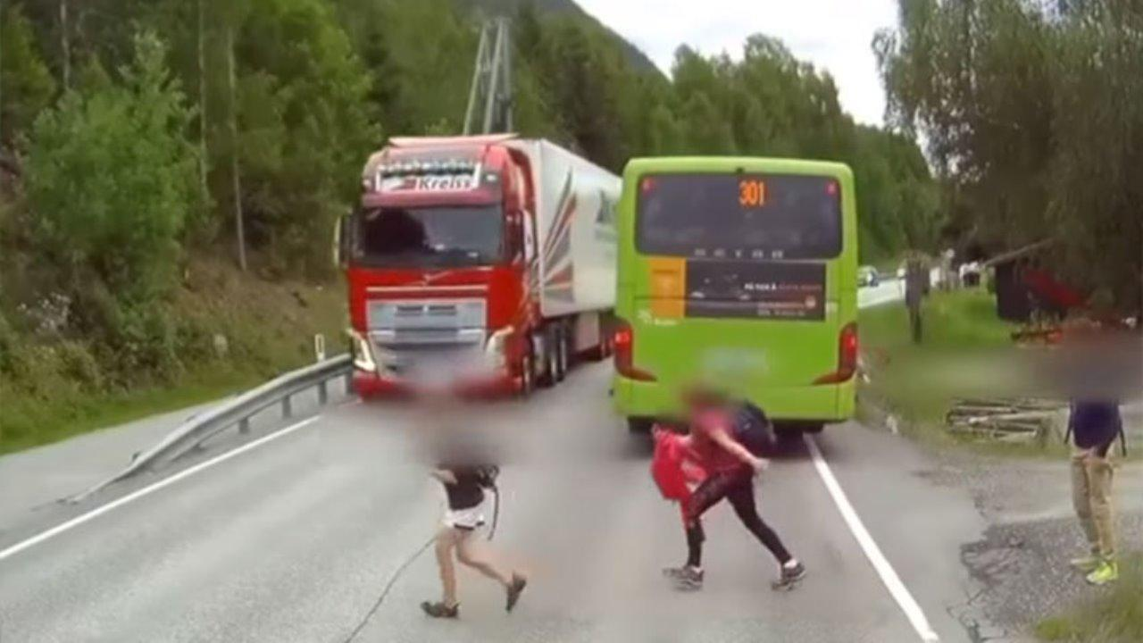 Un niño estuvo a centímetros de ser atropellado por un camión