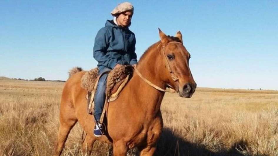 Domaba un caballo y murió aplastado
