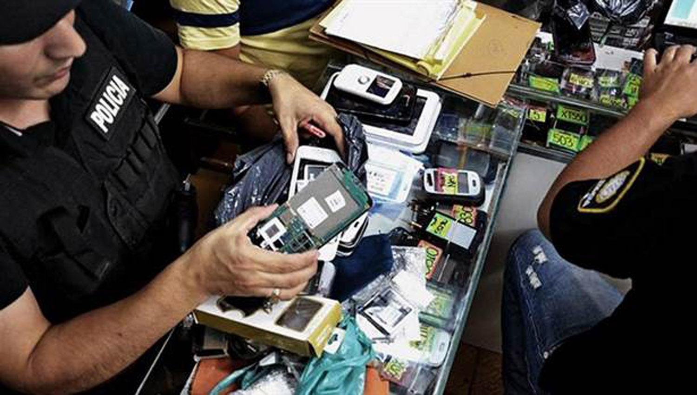 Bloquearán a los celulares que no sean declarados — Freno al contrabando
