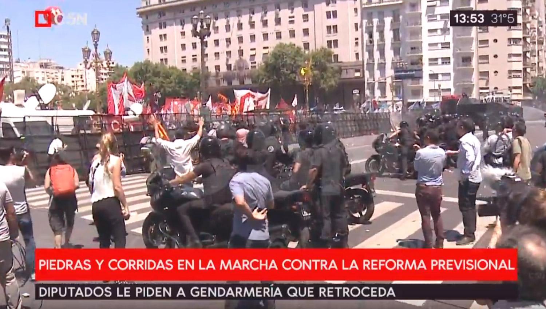 Empujones y puñetazos en el Congreso por reforma de pensiones — Argentina