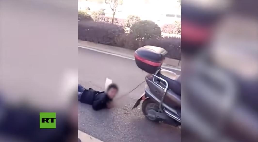 Mujer castiga a su hijo arrastrándolo con su moto