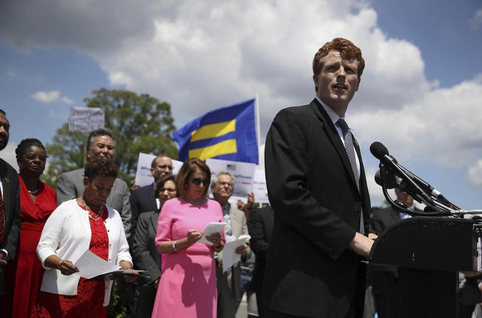 Joe Kennedy enciende las redes por su brillo labial