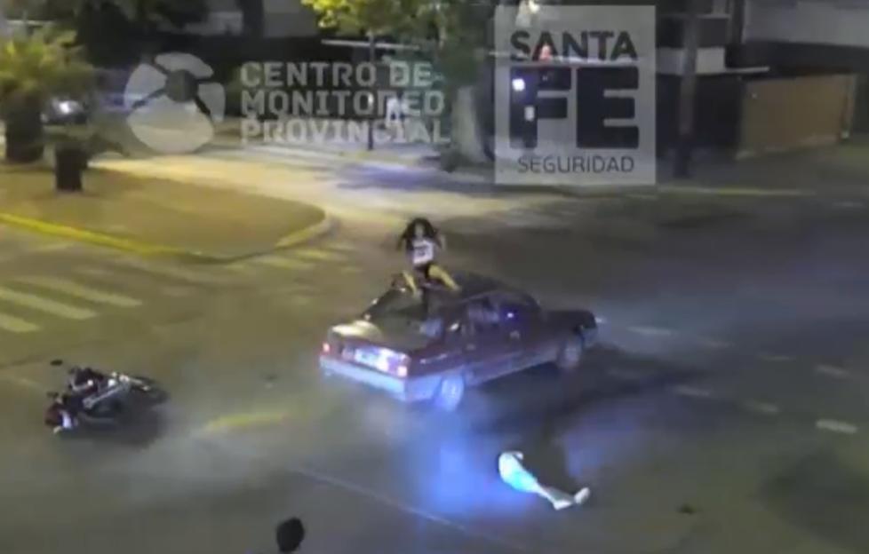 Se salvaron de milagro tras chocar la moto contra un auto
