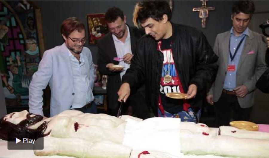 El ministro de Cultura porteño tuvo que pedir disculpas por comer una torta con la forma de Jesús