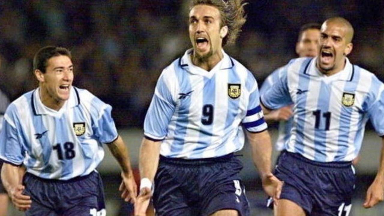 af9d8bae4bc 1 28 En 1999 la marca inglesa Reebok apareció en escena para interrumpir el  reinado de Adidas con la camiseta argentina. Se firmó un contrato por 7  años ...