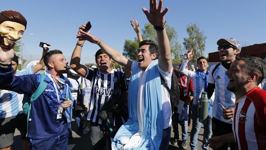 Resultado de imagen para Le dieron el alta al hincha argentino al que se le cayó un hombre encima