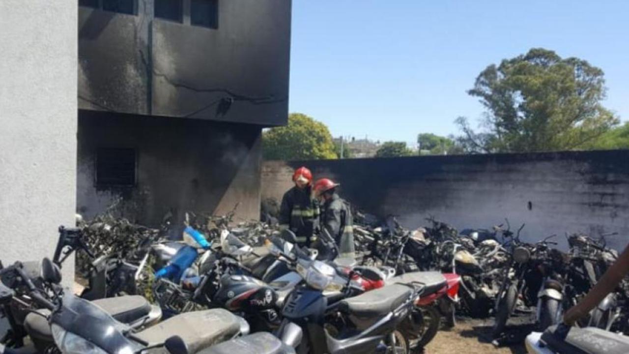 Asado en comisaría terminó con 77 motos quemadas — Argentina
