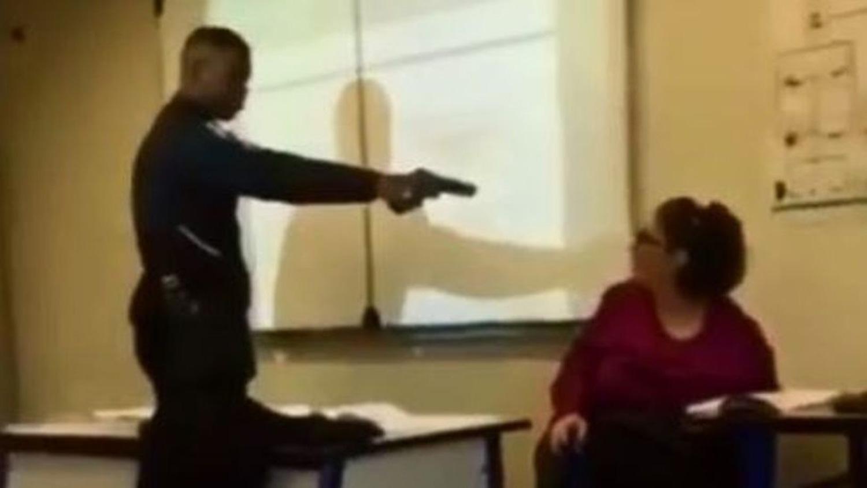 Alumno le apunta con pistola a profesora, en Francia