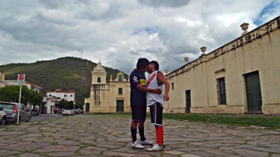 """El superclásico beso marica según su mentor: """"un mensaje fuera de la cultura gay hegemónica"""""""