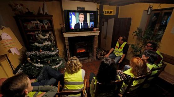 """Macron sube sueldos y baja impuestos para frenar la protesta de los """"chalecos amarillos"""""""