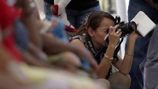 La mujer en el periodismo: el 61 % tiene más de un empleo para poder sostenerse