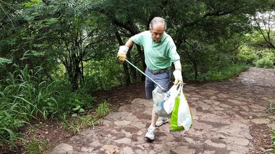 Video: un abuelo de Salta limpia el cerro San Bernardo hace más de 15 años
