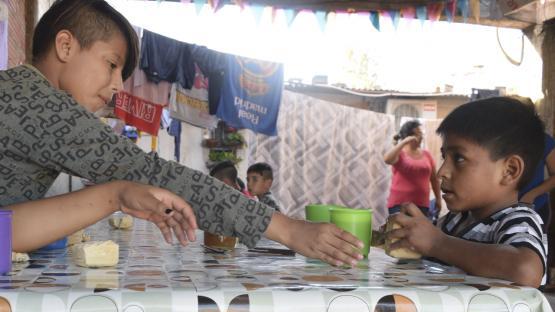 Descalzos y sin comer: así asisten los chicos a un merendero salteño
