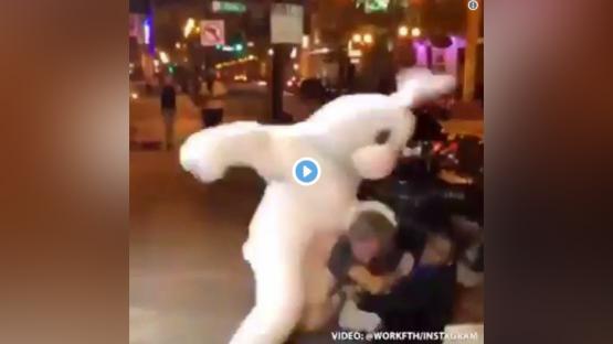 """Video: la increíble pelea entre un """"conejo de Pascua"""" y un hombre que agredía a una mujer"""