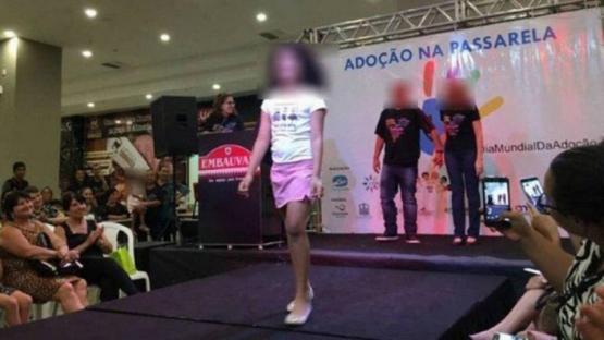 Hicieron desfilar a chicos para adoptar en Brasil y despertó polémica