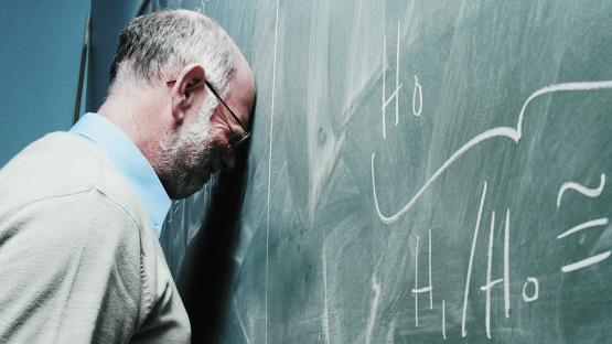 Un docente no da clases y se la pasa llorando por su ex novia en el aula