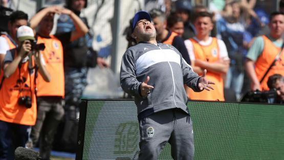 Con Maradona, el mundo al revés: como DT siempre perdió en sus debut en el país