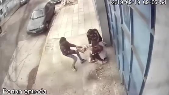 Video: la golpearon salvajemente para robarle la cartera