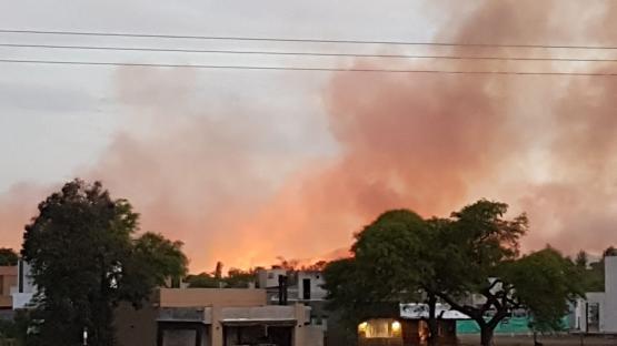 Video: un incendió de pastizales generó sorpresa cerca del Aeropuerto de Salta