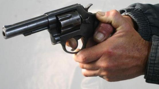 Encapuchado y a punta de pistola entró a robar en una confitería del centro