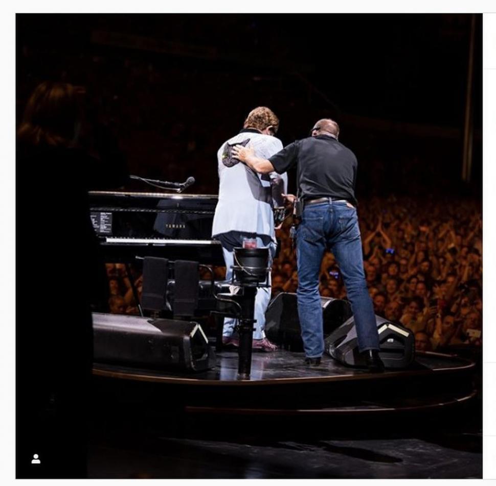 Elton John cancela concierto tras ser diagnosticado con neumonía