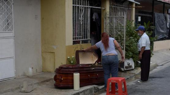 Ecuador vive el horror de no poder enterrar a sus muertos