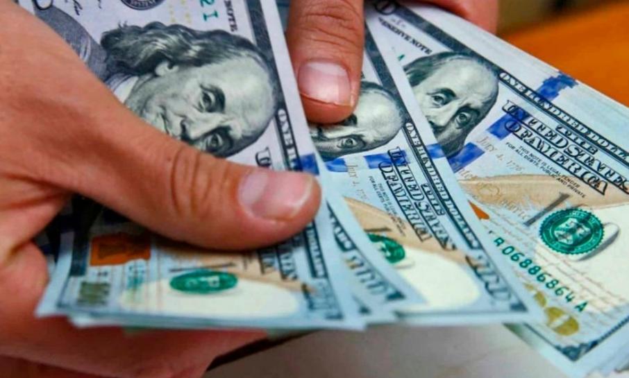 Fin de una semana contradictoria: dólar blue récord y baja riesgo país