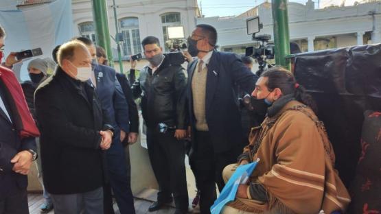 Video: guías de turismo increparon al gobernador, frente al Cabildo