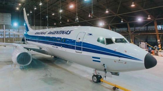 Aerolíneas Argentinas presentó su avión pintado con colores y diseño retro, por su 70 aniversario