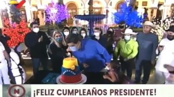 Maduro quiso apagar las velitas de la torta con el barbijo puesto y se hizo viral